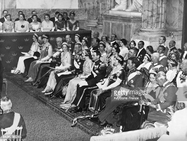 Soirée donnée en marge du mariage royal au premier rang le roi Christian du Danemark le prince Fréderic le roi Gustav V la reine Astrid la reine...