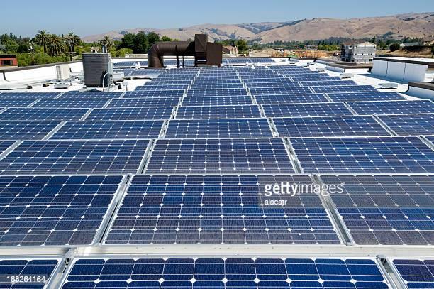 Installation von Sonnenkollektoren auf dem Dach Apartment-Gebäude