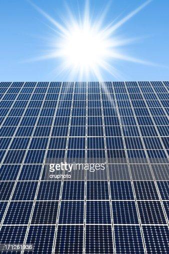 Solarkollektoren gegen einen sonnigen Himmel mit vielen copyspace