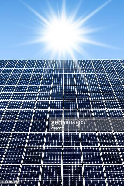 Pannelli solari contro un cielo soleggiato con molti copyspace