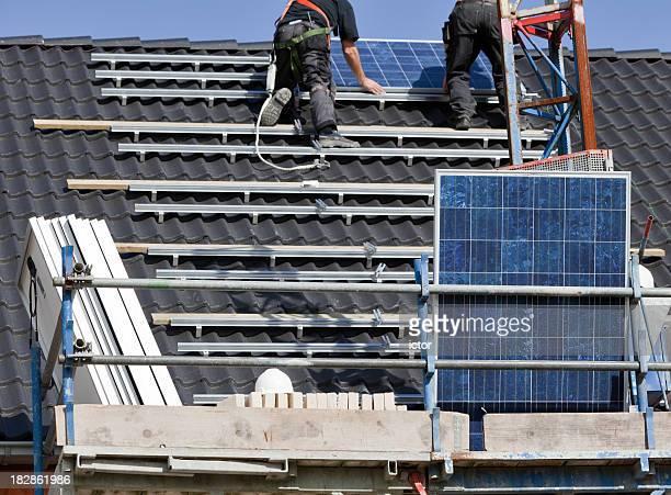 Sonnenkollektoren auf dem Dach, an der Wand