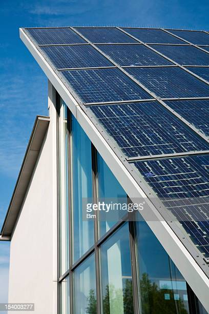 Solar Power-Technik auf dem Dach des modernen Bürogebäude