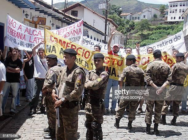 Soldados de la Policia Militarizada bloquean una manifestacion contra el ALCA en una de las calles de Ouro Preto donde se realiza la Cumbre del...