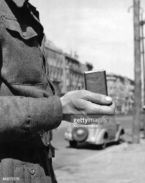Soldat britannique vendant du chocolat au marché noir aprèsguerre en Allemagne circa 1945