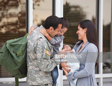 Cantharis admirar seu bebé recém- nascido
