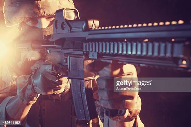 Soldat visant