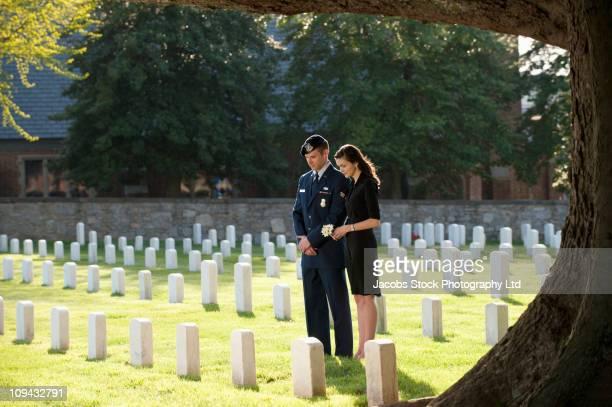 Soldat et femme visitant Cimetière ensemble