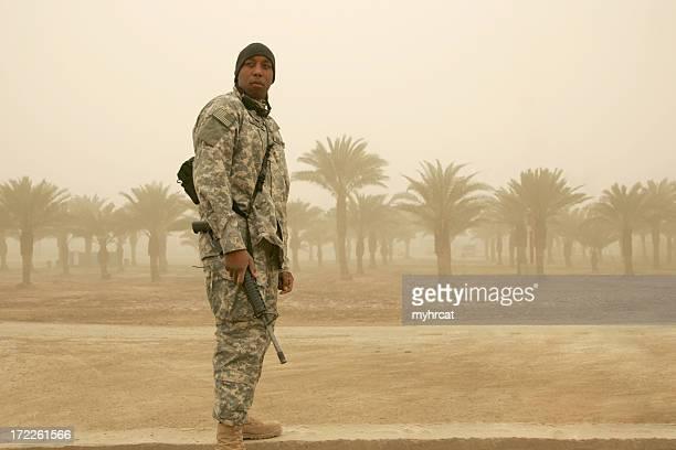 Soldat dans la tempête de sable sans masque