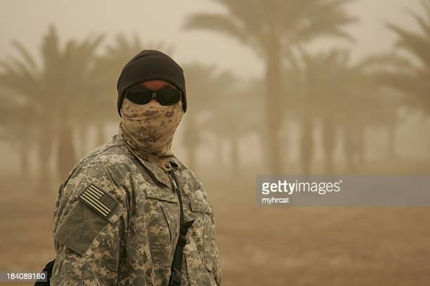 Soldat dans la tempête de sable