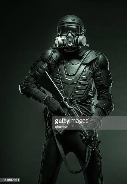 Soldato pronto per l'azione contro i terroristi