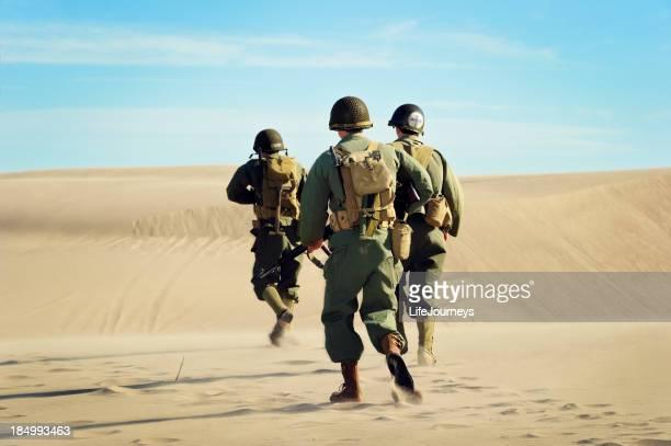 Soldats de la Seconde Guerre mondiale et de Medic sur Patrol dans le désert