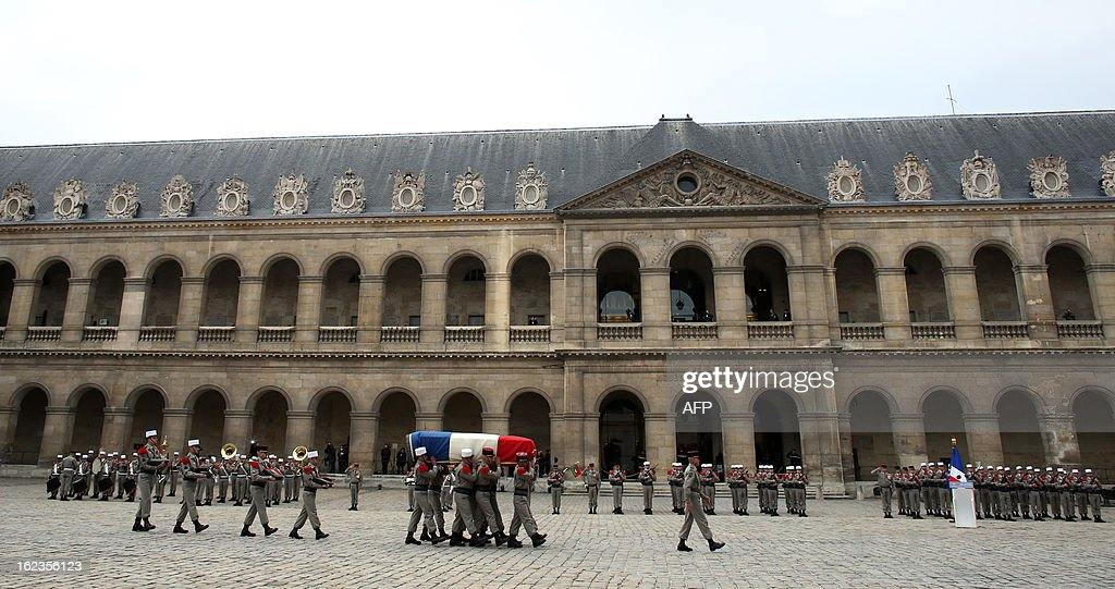 Soldiers carry the coffin of late French Staff Sergeant Harold Vormezeele during a national tribute ceremony held in the Hotel des Invalides courtyard on February 22, 2013 in Paris. Vormezeele, a NCO and commando with the 2nd Foreign Parachute Regiment, an elite unit of the French Foreign Legion, was killed on February 19 during an operation in northern Mali against Islamist rebels. He was the second French soldier killed since the start of France's military intervention in Mali on January 11. AFP PHOTO / THOMAS SAMSON