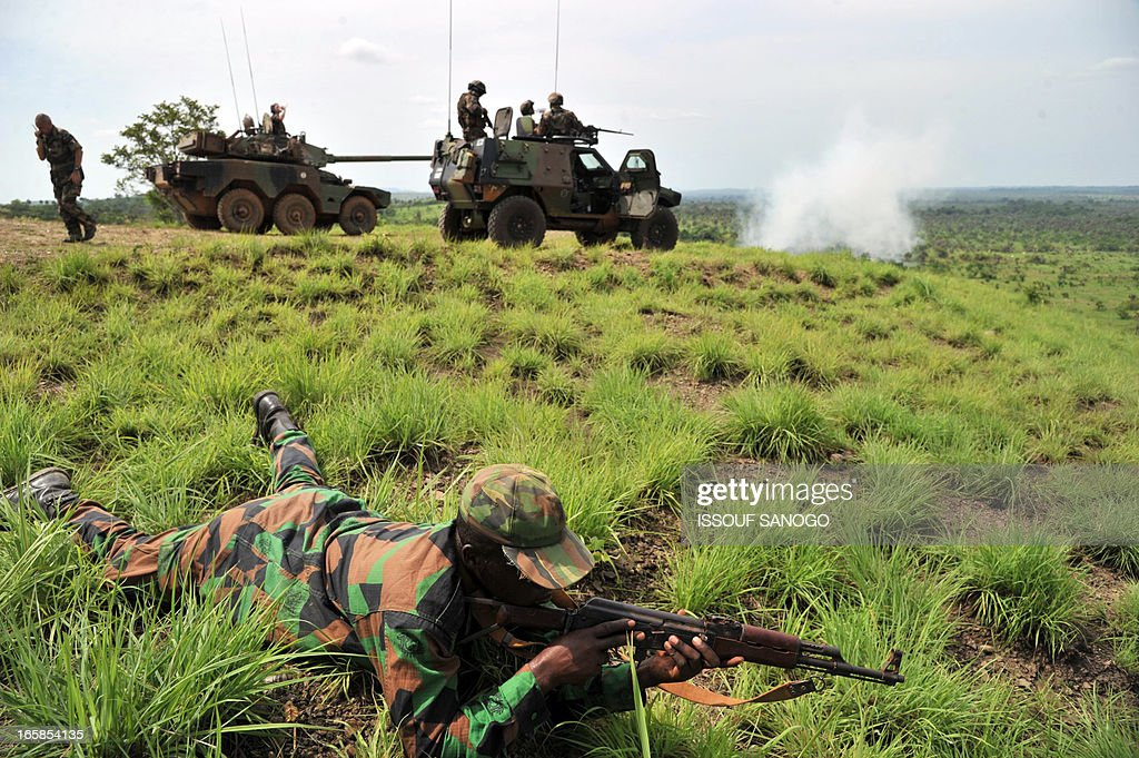 Soldiers from Ivory Coast's Republican Forces (FRCI) set up on the fire position during a military exercise with French troops from the 'Licorne' operation based in Abidjan, on April 6, 2013 in Lomo Sud, about 180 km north of Abidjan. FRCI soldiers are members of the Ivorian logistics battalion due to join the African-led MISMA forces in Mali. AFP PHOTO / ISSOUF SANOGO