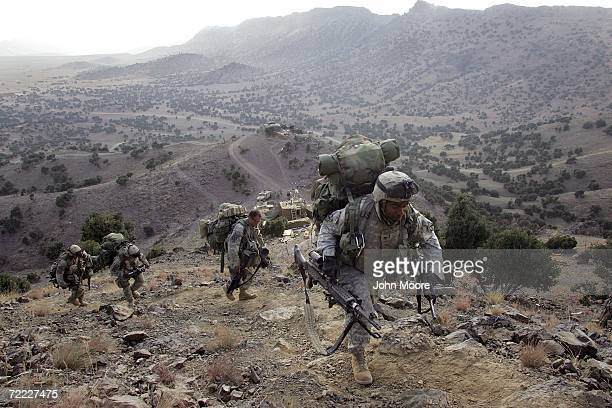 S soldiers from the 287 Infantry climb towards a forward observation post October 20 2006 overlooking the AfghanistanPakistan border from the Paktika...