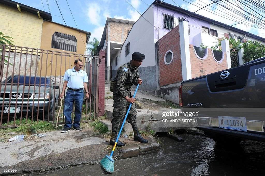 Soldiers mobilize to combate the Aedes Aegypti mosquito that transmits Zika virus, as well as viral diseases such as dengue and chikungunya, in Tegucigalpa on February 6, 2016. Honduras on Mondayy declared a state of emergency after officials said the number of Zika infections was rising at an 'alarming' rate in the Central American country. Since December 16, when the first case of the mosquito-borne virus was detected, there have been more that 4,000 cases of people infected with the virus in Honduras. AFP PHOTO / ORLANDO SIERRA / AFP / ORLANDO SIERRA