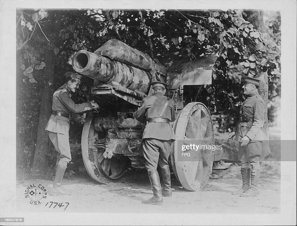 Soldiers of the 26th infantry division examining a German howitzer tank France circa 19141918