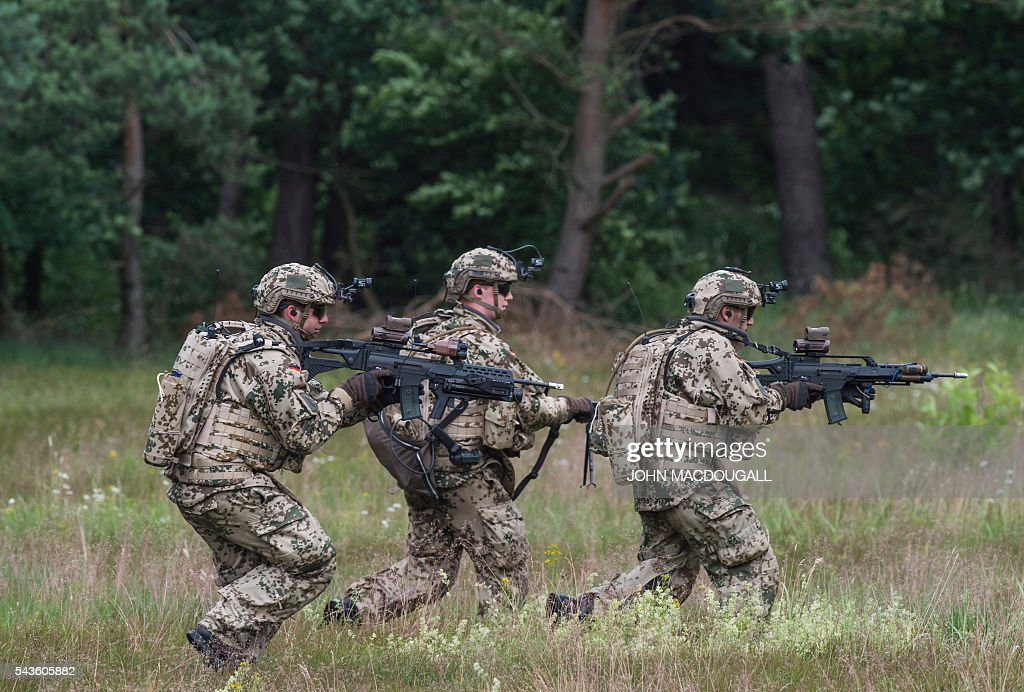 Soldiers of the 33rd Panzergrenadier bataillon take part in a drill at the headquarters of the 33rd Panzergrenadier bataillon in Neustadt am Ruebenberge on June 29, 2016. / AFP / JOHN