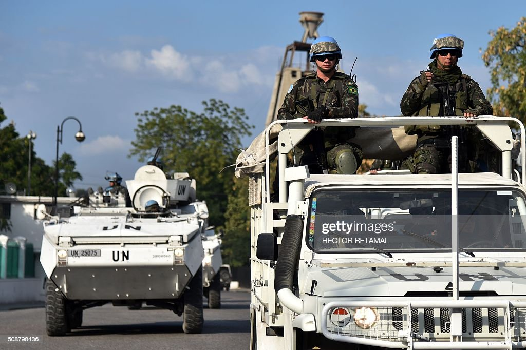 Soldiers of the United Nations Stabilization Mission in Haiti (MINUSTAH) patrol outide the National Palace in Port-au-Prince on February 6, 2016. Haitian politicians inked a last-minute agreement to install a transitional government, just hours before President Michel Martelly was scheduled to step down with no replacement in line. / AFP / HECTOR RETAMAL