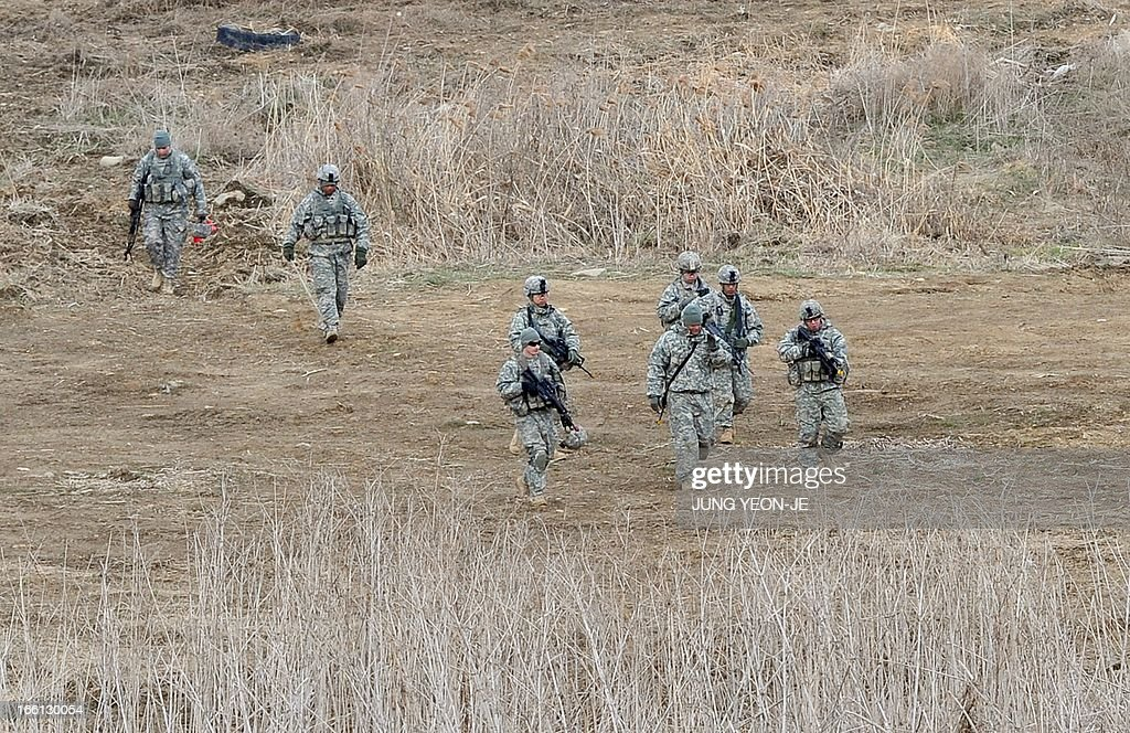 US soldiers patrol at a military training field in the border city of Yeoncheon, northeast of Seoul, on April 9, 2013. North Korea said on April 9 the Korean peninsula was headed for 'thermo-nuclear' war and advised foreigners in South Korea to consider evacuation -- a warning that was largely greeted with indifference. AFP PHOTO / JUNG YEON-JE
