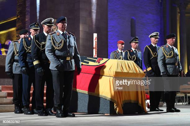 Soldiers prepare to carry the coffin of former German Chancellor Helmut Kohl during a requiem for him at Speyer cathedral on July 1 2017 in Speyer...