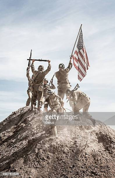 Soldati innalzamento della bandiera USA