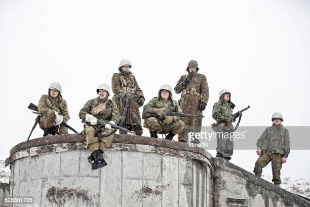 Soldati appoggiate sulla base di bombardare edificio della seconda guerra mondiale