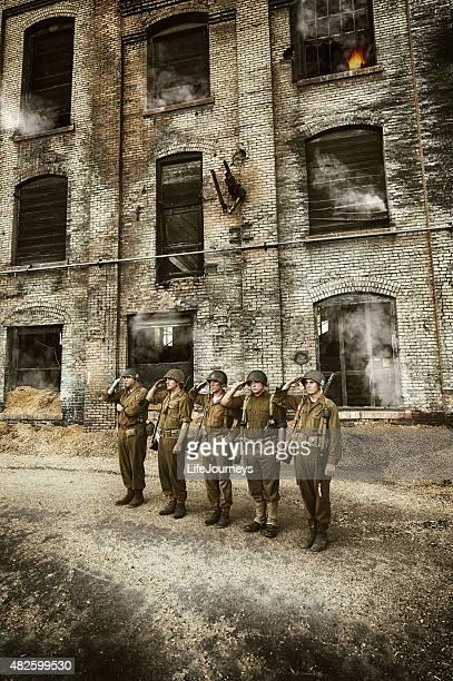 Salut militaire des soldats de la Seconde Guerre mondiale à décrocher leur Mission