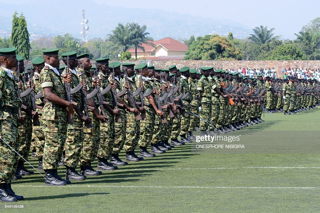 Soldiers stand at attention during a ceremony to celebrate Independence Day in Bujumbura on July 1, 2016. / AFP / ONESPHORE