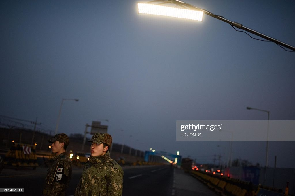 Soldiers stand on the Tongil bridge, a checkpoint leading to the Kaesong joint industrial zone, in Paju on February 11, 2016. South Korea said it would suspend operations at the Kaesong joint industrial complex in North Korea to punish Pyongyang for its latest rocket launch and nuclear test. / AFP / ED JONES