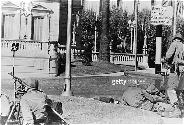 Soldiers with guns stand in front of the Government Palace Buenos Aires 05 May 1976 President Isabel Peron was deposed by Argentine's military...