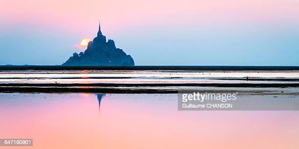 Soleil couchant derrière le Mont Saint-Michel