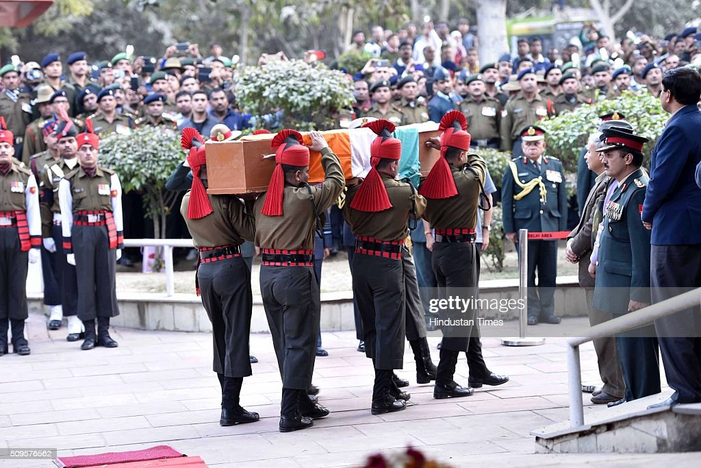 Soliders carrying the coffin of the rescued soldier Lance Naik Hanumanthappa during his funeral ceremony at Brar square crematorium on February 11, 2016 in New Delhi, India. Lance Naik Hanamanthappa Koppad of 19 Madras Regiment was rescued alive on night after being buried under 35 feet of snow for six days. The lone survivor of the February 3 Siachen avalanche that claimed the lives of nine soldiers, breathed his last at the Army RR Hospital in Delhi.