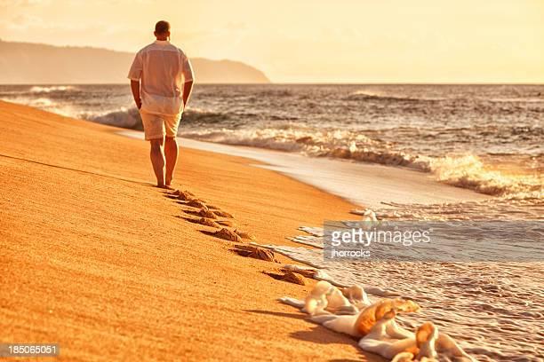 Solitary Mann zu Fuß am Strand in Hawaii