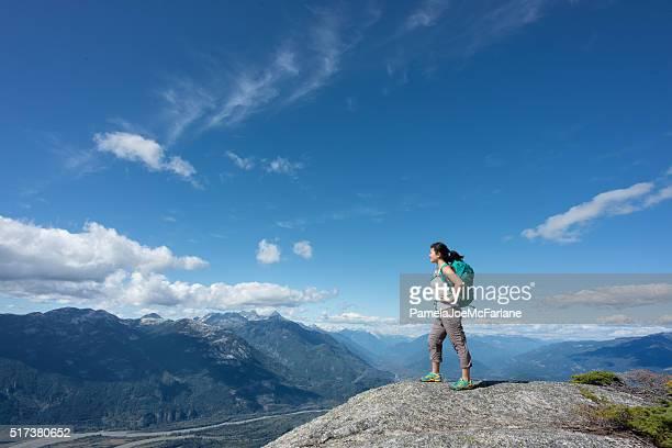 Solo Frau Wanderer mit Rucksack Sie Ansicht von Berg Summit