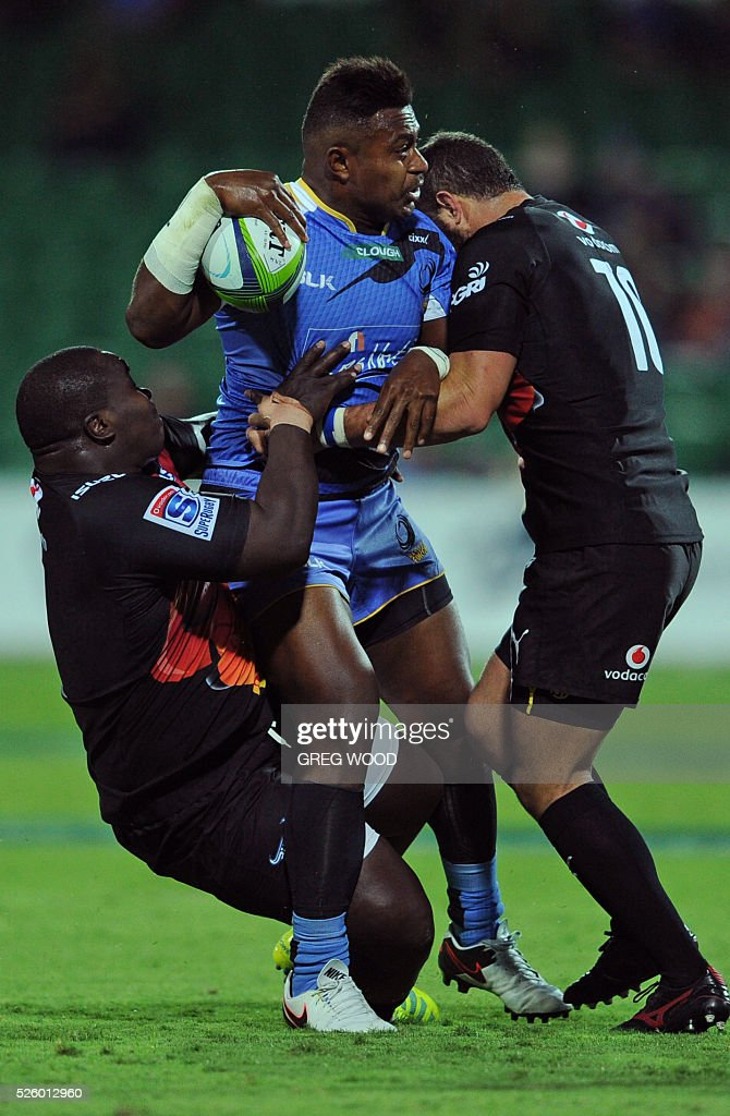Solomoni Rasolea (C) from Western Force attempts to break a tackle during the Super Rugby match between Australias Western Force and South Africas Bulls in Perth on April 29, 2016. AFP PHOTO / GREG WOOD--IMAGE RESTRICTED TO EDITORIAL USE NO COMMERCIAL USE-- / AFP / Greg Wood