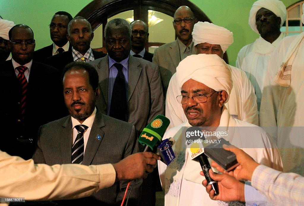 Somali President Hassan Sheik Mahmud (L) and Sudanese President Omar al-Bashir hold a joint press conference at the presidential palace in Khartoum, on January 2, 2013. AFP PHOTO/ ASHRAF SHAZLY