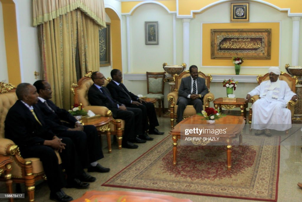 Somali President Hassan Sheik Mahmud (top L) meets with Sudanese President Omar al-Bashir (R) at the presidential palace in Khartoum, on January 2, 2013. AFP PHOTO/ ASHRAF SHAZLY