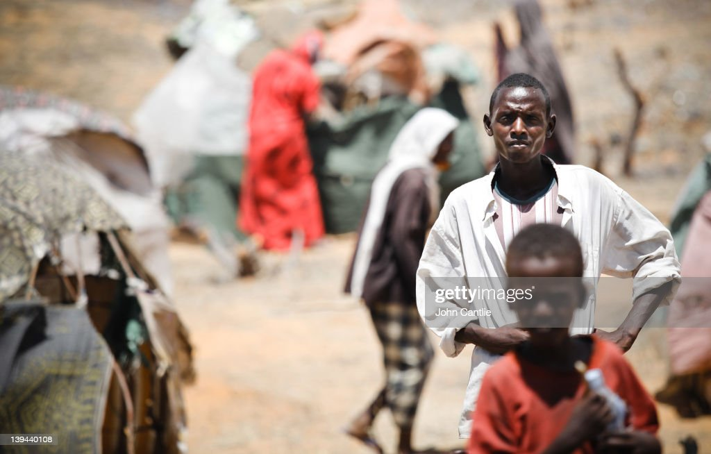 Somalian refugees from the al Shabaabcontrolled town of Afgooye make camp on the side of the road on February 20 2012 in Mogadishu Somalia As...