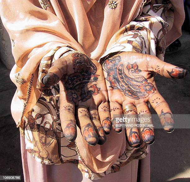 A Somalian woman show her hands painted with Henna in Hargeisa 04 March 2001 during the 12th Hargeisa Commercial Exhibition
