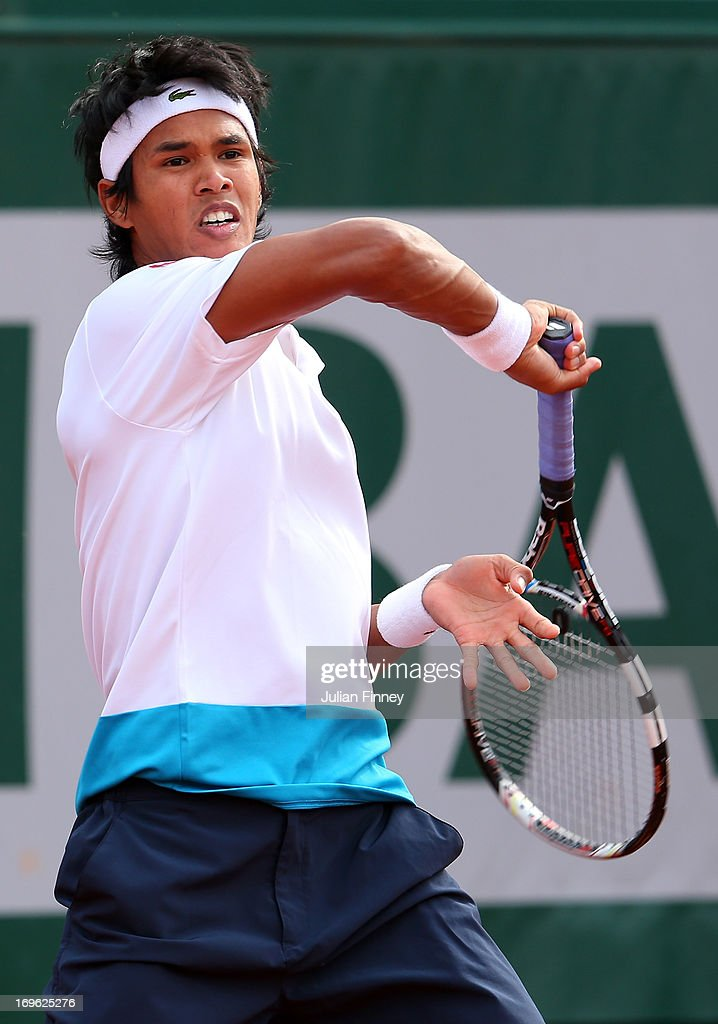 <a gi-track='captionPersonalityLinkClicked' href=/galleries/search?phrase=Somdev+Devvarman&family=editorial&specificpeople=5487712 ng-click='$event.stopPropagation()'>Somdev Devvarman</a> of India plays a forehand in his Men's Singles match against Roger Federer of Switzerland during day four of the French Open at Roland Garros on May 29, 2013 in Paris, France.