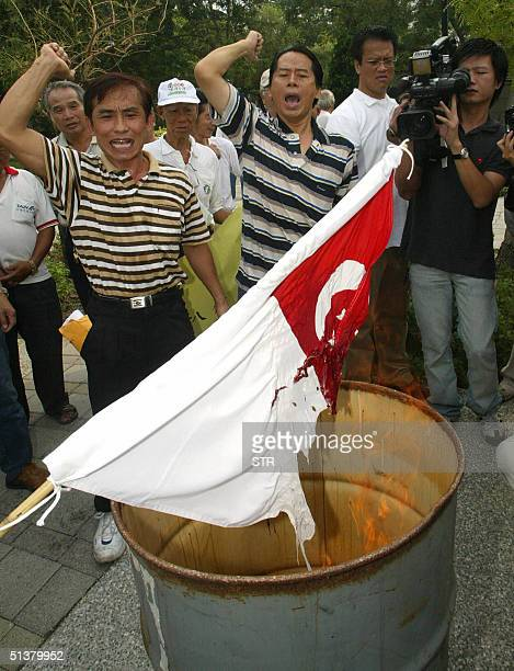 Some 20 proTaiwan independence activitists chant slogan and burn Singapore national flag in Kaohsiung southern Taiwan 01 October 2004 Taiwan Foreign...