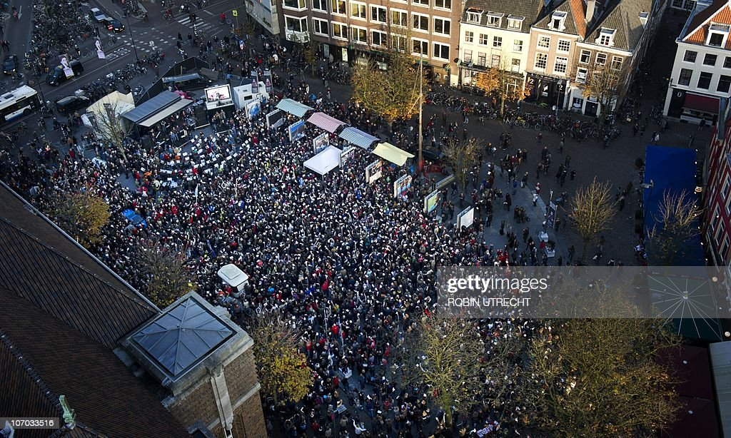 Some 2.500 professional and amateur musicians gather at the Neude square in Utrecht on November 20, 2010 to perform the 9th symphony of Ludwig van Beethoven. The performance was a protest asgainst teh budget cuts on culture by the Dutch govenment. AFP PHOTO/ ANP ROBIN UTRECHT netherlands out - belgium out