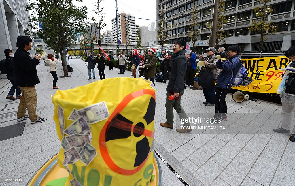Some 30 protesters stage an anti-nuclear power plant demonstration outside the Keidanren (Japan Business Federation) headquarters in central Tokyo on December 2, 2012. Protesters were demanding that Japan's economic leaders not support the re-starting of the country's nuclear power plants. AFP PHOTO / TOSHIFUMI KITAMURA