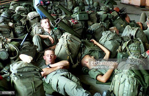 Some of the 150 French paratroopers from the Central African Republic sent to Brazzaville rest 30 January 1993 at the airport as they wait for orders...