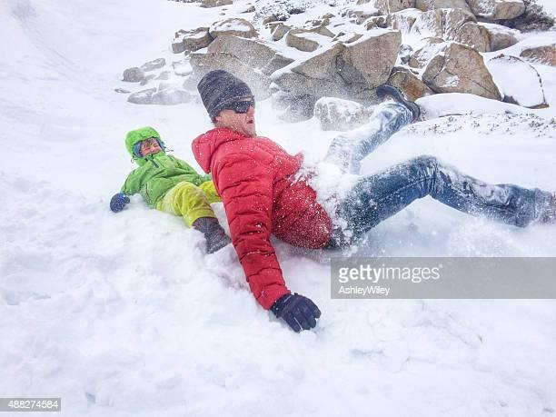 Fils et père déferlantes et de la luge dans la neige