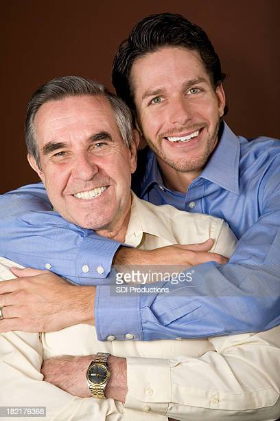 Sohn gibt seinem Vater eine Umarmung