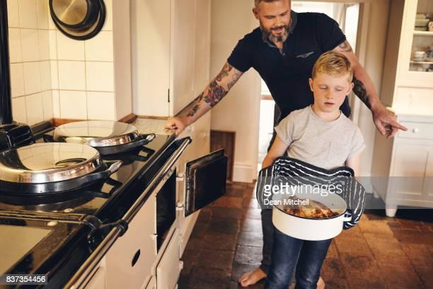 Fils avec le père, apprendre à cuisiner à la maison