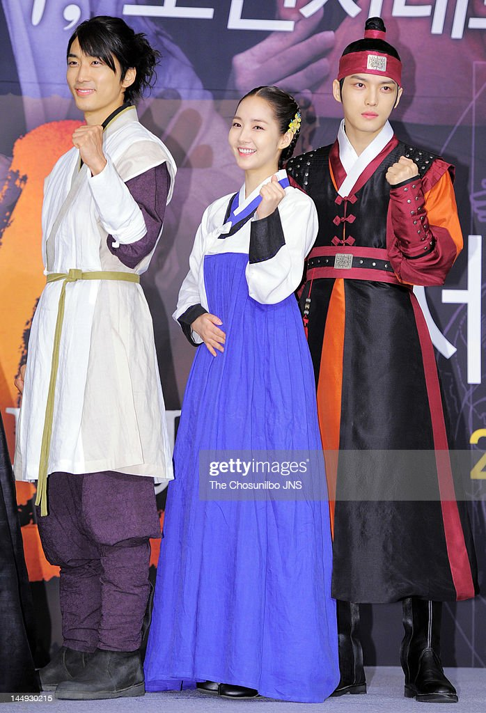 <a gi-track='captionPersonalityLinkClicked' href=/galleries/search?phrase=Song+Seung-Heon&family=editorial&specificpeople=4197245 ng-click='$event.stopPropagation()'>Song Seung-Heon</a>, <a gi-track='captionPersonalityLinkClicked' href=/galleries/search?phrase=Park+Min-Young&family=editorial&specificpeople=7444757 ng-click='$event.stopPropagation()'>Park Min-Young</a>, and Kim Jae-Joong of <a gi-track='captionPersonalityLinkClicked' href=/galleries/search?phrase=JYJ&family=editorial&specificpeople=3039772 ng-click='$event.stopPropagation()'>JYJ</a> attend the MBC Drama 'Dr. Jin' Press Conference at Lotte Hotel on May 17, 2012 in Seoul, South Korea.