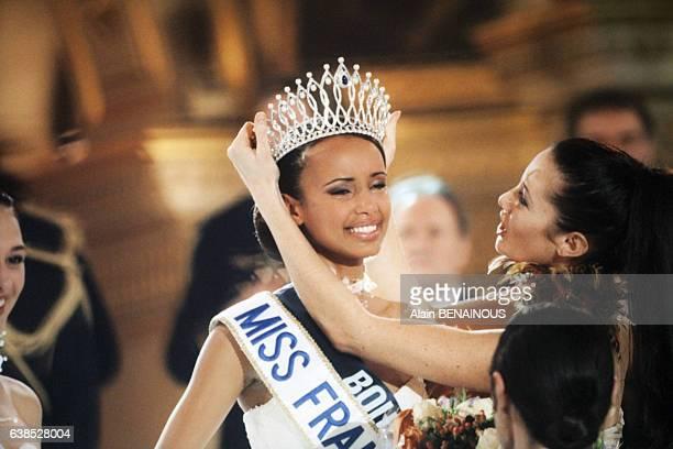 Sonia Rolland nouvelle Miss France reçoit la couronne et l'écharpe des mains de Miss France 1999 Mareva Galanter le 11 décembre 1999 à Paris France