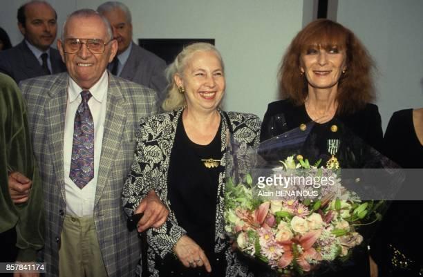 Sonia Rykiel avec ses parents lors de l'exposition 'Sonia Rykiel 25 ans de creation' en juillet 1993 a Paris France